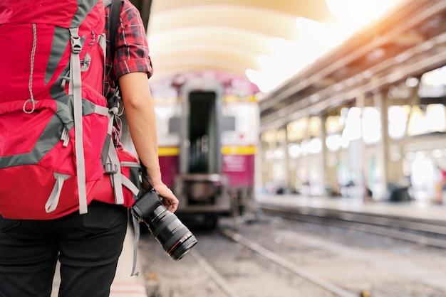 Reisender-fotografie-konzept. professioneller reisender-fotograf mit kamera im railwa