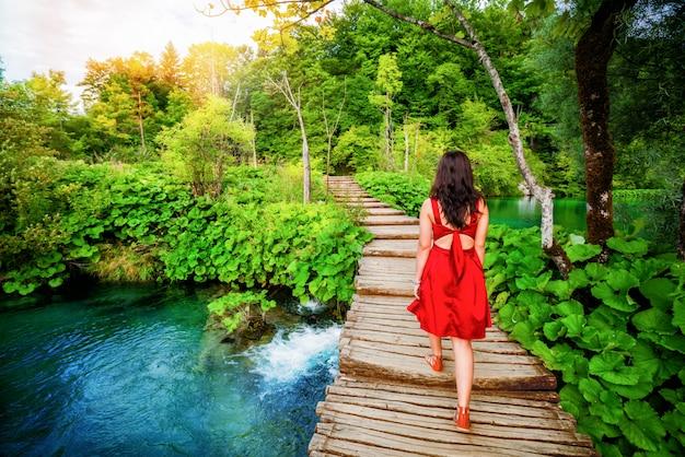 Reisender gehen auf weg in plitvicer seen, kroatien.