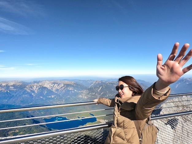 Reisender genießen auf dem bluesky auf höchstberg mit blauem himmel und wolken in deutschen alpen zugspitze.