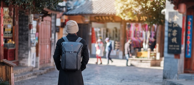 Reisender junger mann, der reist