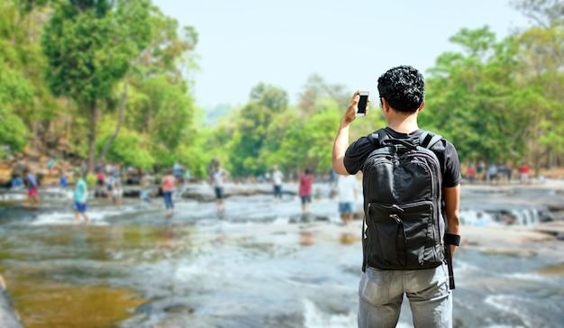 Reisender mann bagpack für die reise