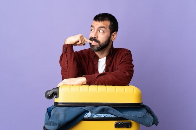 Reisender mann, der koffer packt