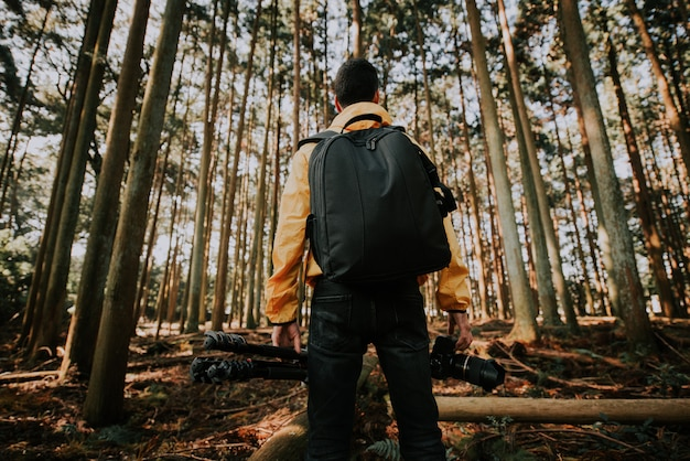 Reisender mann, der neue orte in der wilden natur entdeckt
