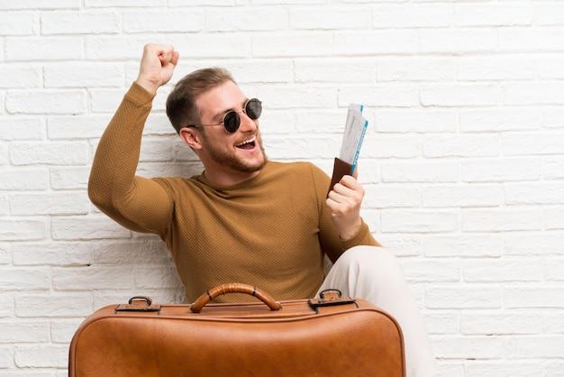 Reisender mann mit koffer und bordkarte