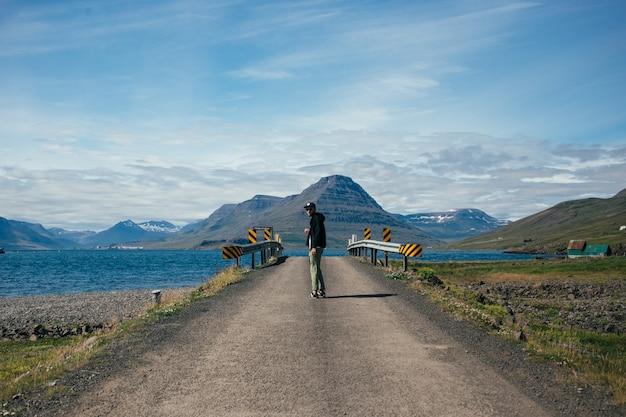 Reisender mann mit rucksack erkundet island