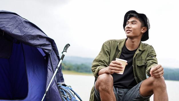 Reisender mann trinken kaffee im lager
