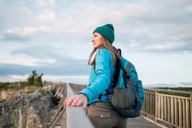 Reisender mit mütze genießt urlaub im freien