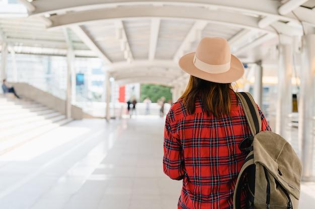 Reisender rucksacktourist asiatische frau reisen in bangkok, thailand