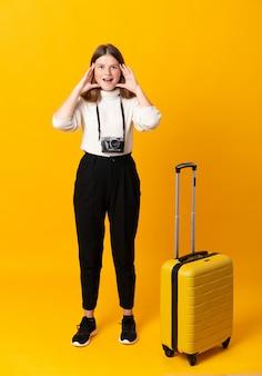 Reisender teenager-mädchen mit koffer mit weit offenem mund schreien