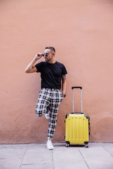Reisender tourist posiert auf der straße