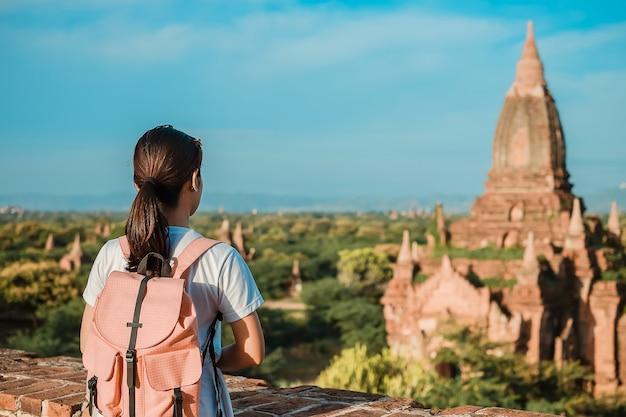 Reisender wanderer der jungen frau mit hut
