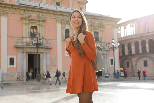 Reisendes mädchen, das valencia in spanien besucht