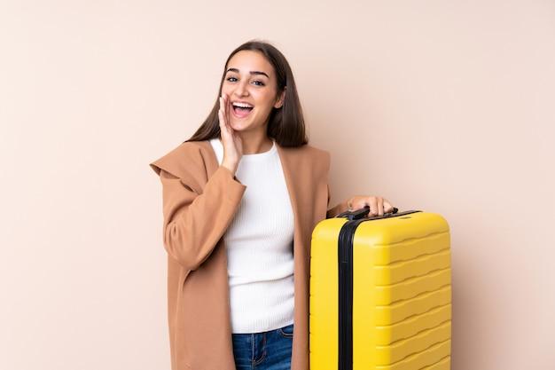Reisendfrau mit koffer schreiend mit weit offenem mund