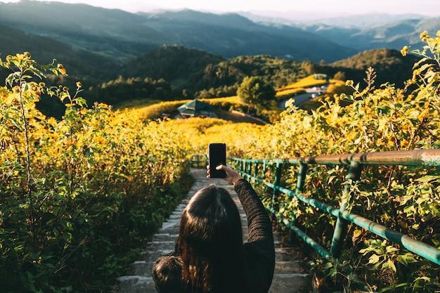 Reisendfrau mit smartphone