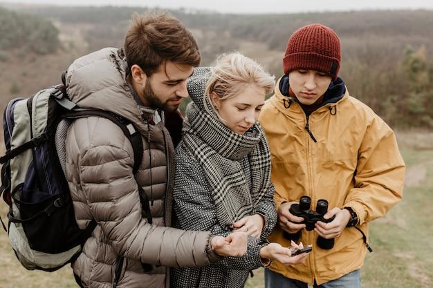 Reisendfreunde, die kompass betrachten