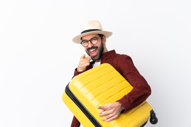Reisendmann mit koffer über lokalisierter wand