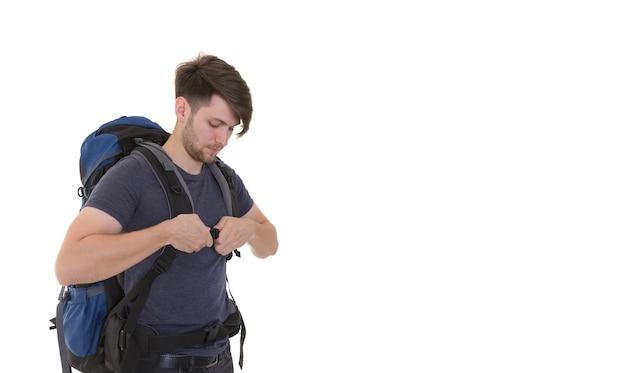 Reisendmann mit rucksack auf weißem hintergrund.