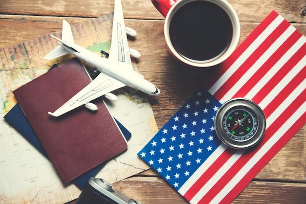 Reiseobjekte und kaffeetasse auf dem tisch