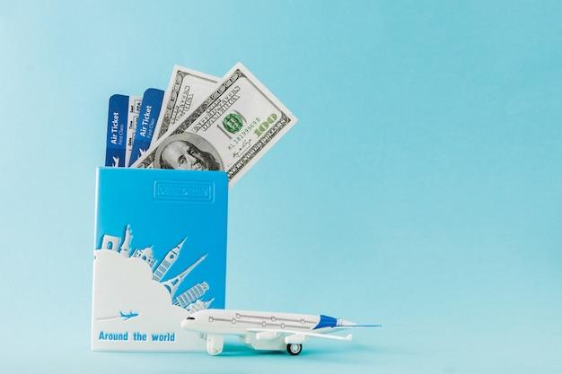 Reisepass, dollar, flugzeug und flugticket. reisekonzept, kopie, raum