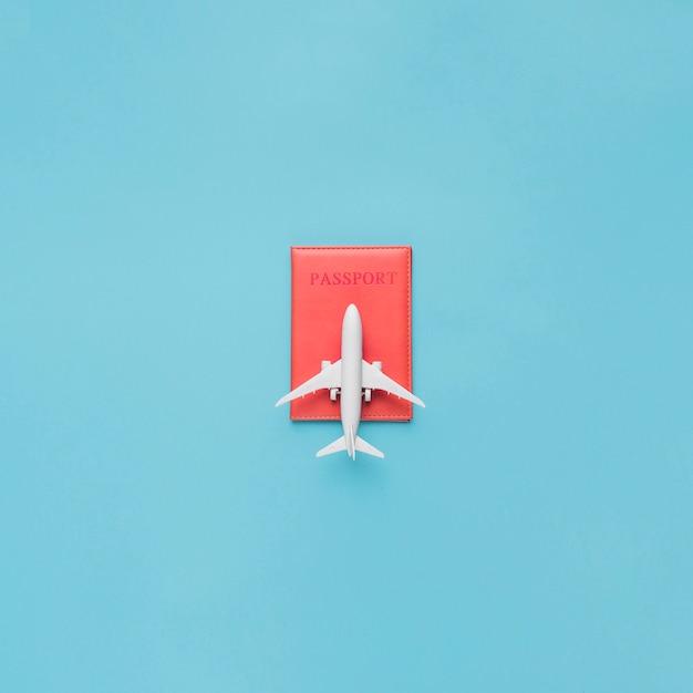 Reisepass im roten etui und spielzeugflugzeug