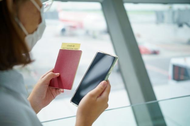 Reisepass mit impfpass für covid-19 personenkartei. immuner reisepass oder zertifikat für lassen sie sich vor der reise impfen. impfpass, krankheitsimmunitätspass