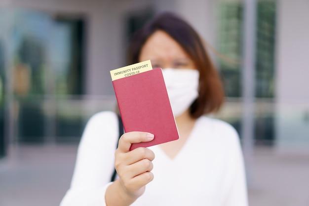 Reisepass mit impfpass für covid19-personenkartei immunpass oder -zertifikat