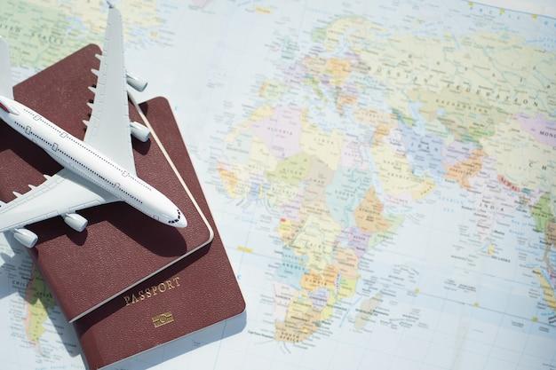 Reisepass mit kartenhintergrund. reiseplanung.