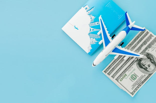 Reisepass mit modell des passagierflugzeugs und dollar. reisekonzept