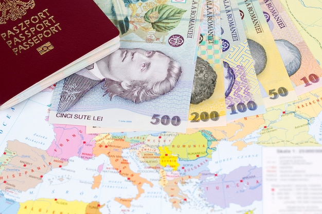 Reisepass mit rumänischem geld auf der kartenoberfläche
