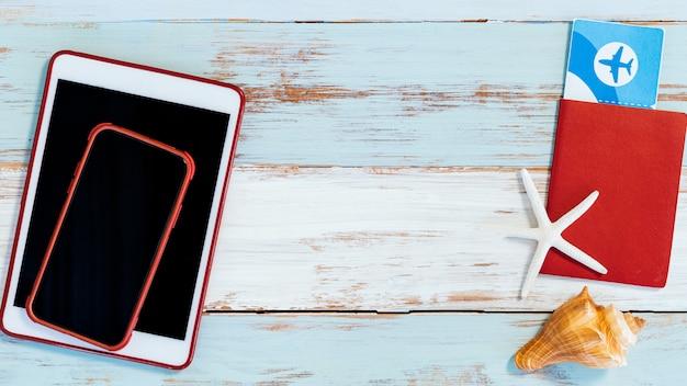 Reisepass mit ticket und telefon mit tablet