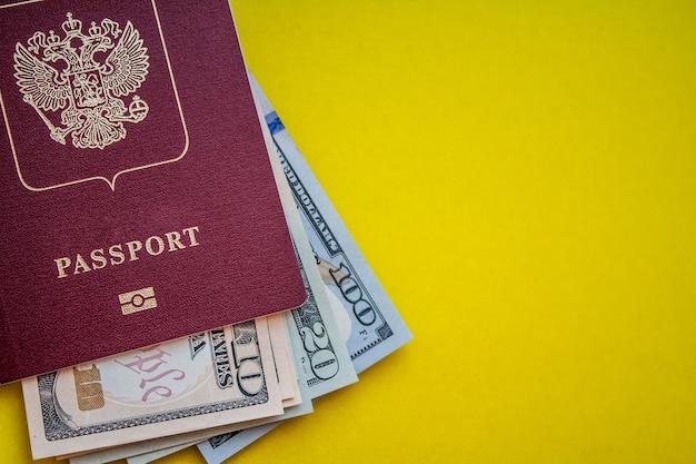 Reisepass mit us-dollar-layout auf gelbem hintergrund