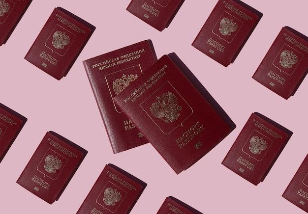 Reisepass russlands auf rosa hintergrund dokumente für auslandsreisen oder einwanderung