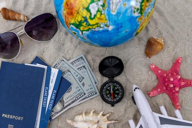 Reisepass, spielzeugflugzeug, dollarbanknoten, reisekonzept traveling