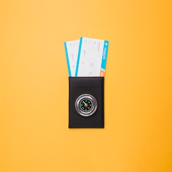 Reisepass, tickets und kompass