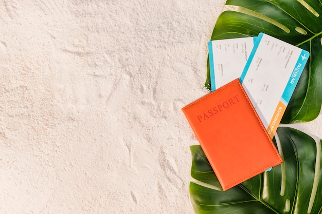 Reisepass und flugtickets am strand