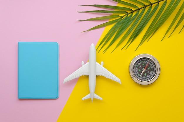 Reisepass und flugzeug auf dem tisch