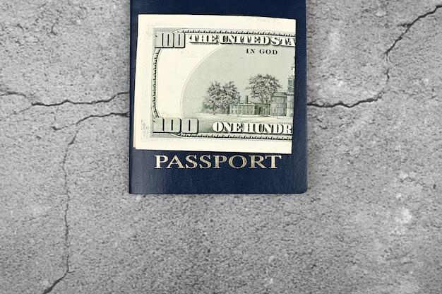 Reisepass und geld. flach liegen. platz für eine inschrift. visum im ausland. liebe einwanderung.