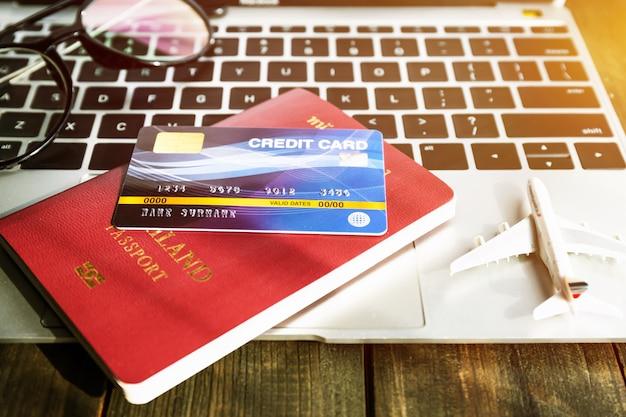 Reisepass und kreditkarte auf laptop