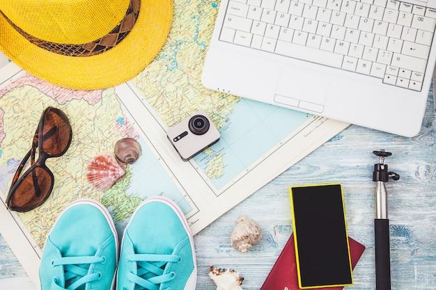 Reiseplan, reiseferien, tourismus instagram, das bild des reisens schaut. obenliegende ansicht des zubehörs von traveler