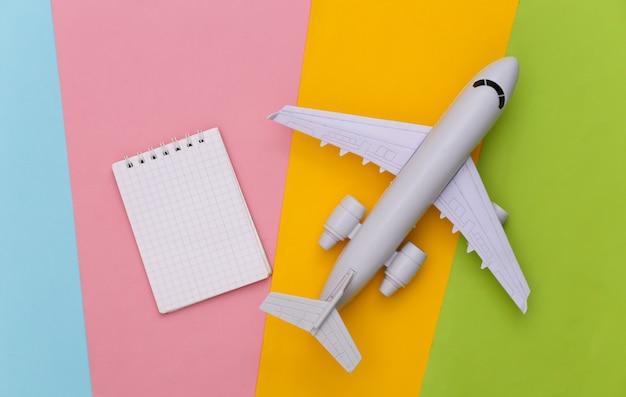 Reiseplanung. spielzeugflugzeug und notebook