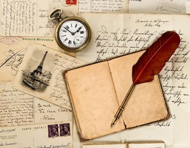 Reisetagebuch, alte briefe, postkarten und federkiel. nostalgischer vintage-hintergrund