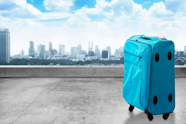 Reisetasche am koffer auf dem dach