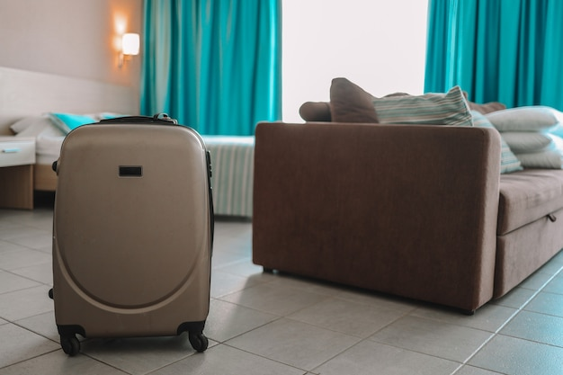 Reisetasche im hotelzimmer.