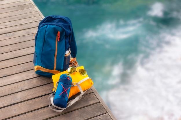 Reisetaschen am pier in ufernähe