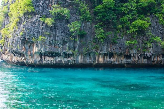 Reiseurlaub hintergrund tropische insel mit resorts phi-phi insel krabi provinz thailand