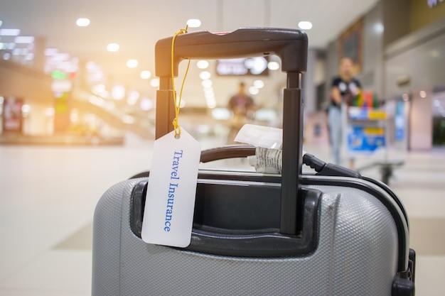 Reiseversicherungstag auf kofferhalter mit umbau