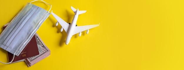 Reisevorbereitungskonzept von flugzeug, geld, pass, auf gelbem hintergrund. selektiver fokus.urlaub