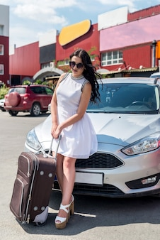 Reisevorstellung, frau mit koffer und auto