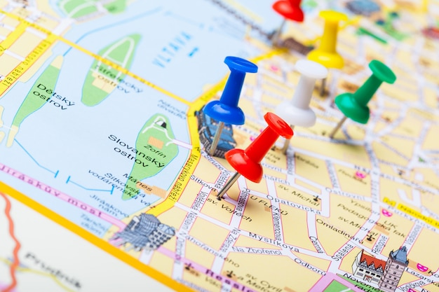 Reisezielpunkte auf einer karte mit bunten reißzwecken