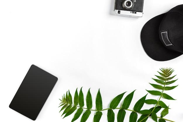Reisezubehör auf weißem hintergrund, smart-cap und kamera-draufsichtspunkt